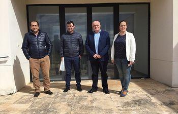 Fotografía del delegado de la Junta en Albacete, Pedro Antonio Ruiz Santos junto al alcalde de El Ballestero, Daniel Martínez y los ediles, Verónica Gómez Gallego y Francisco Jesús Hildago.