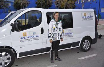 Javi ha podido contar con la ayuda de Automóviles López Espejo que ha colaborado poniendo a su disposición una furgoneta Renault Trafic de nueve plazas