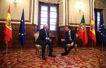 El presidente del Gobierno, Pedro Sánchez, y el primer ministro de la República Portuguesa, António Costa, durante la reunión que han mantenido.
