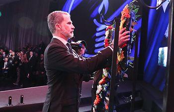 Don Felipe realiza una la ofrenda floral en el Foro Internacional de dirigentes por el Día Internacional de Recuerdo del Holocausto. Foto: Casa de S.M. el Rey