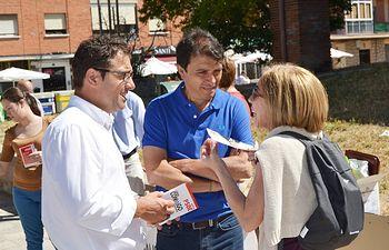 El candidato socialista a la Alcaldía se reunió esta mañana con la Junta de Personal del Sescam y participó en una mesa informativa en el Barrio Hospital