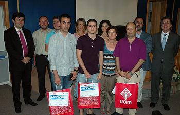 Fotografía de grupo con los premiados, directores del máster y patrocinadores