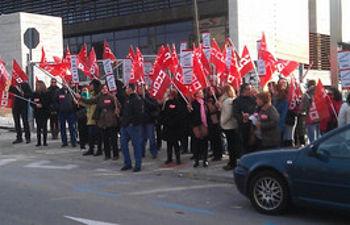 Delegados y trabajadores concentrados ante la Consejería de Bienestar Social