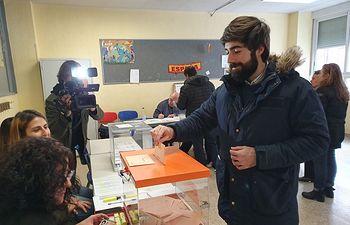 Manuel Mariscal, candidato cabeza de lista al Congreso, ejerce su derecho al voto.