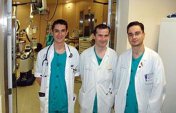 En la imagen, tres de los facultativos del Servicio de Cirugía Cardiaca del Complejo Hospitalario de Toledo en uno de los quirófanos del servicio.