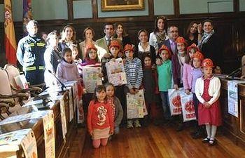 Foto de familia de los premiados con la presidenta de la Diputación y el delegado de la Junta