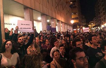 """Concentración contra la sentencia de """"La Manada"""" en Albacete. Foto Twitter: @8mAlbacete"""