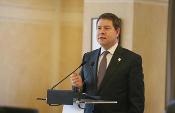 García-Page clausura la asamblea general de la Federación Alcarreña de Jubilados, Pensionistas y Tercera Edad y recibe la insignia de oro de esta organización