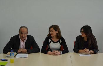 Juana López Eusebio (centro), es presentada por del decano de la Facultad de Derecho y Ciencias Sociales, Juan Ramón de Páramo.