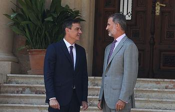 El Rey Felipe VI y el presidente del Gobierno, Pedro Sánchez, en la entrada del Palacio de Marivent, poco antes de su tradicional despacho de verano.