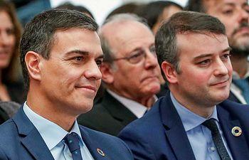 El presidente del Gobierno, Pedro Sánchez, junto a su jefe de Gabinete, Iván Redondo. Foto: RTVE.
