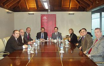 Momento de la firma entre representantes de CCM y de la Junta de Cofradías de la Semana Santa de Cuenca