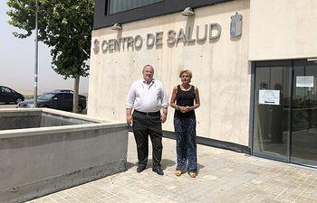 El alcalde, José Luis González Lamola, y la concejal de Sanidad, junto al Centro de Salud El Casar.