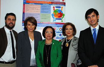 La investigadora, en el centro, junto a la directora de la tesis y los miembros del tribunal