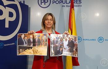 Ana Guarinos, mostrando  imágenes que forman parte de la 'cronología de los hechos' en torno al Parador de Molina.