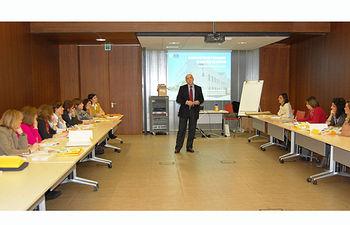 En la imagen, el coordinador del Área de Atención al Ciudadano y Proyectos de Innovación y Mejora del SESCAM, Rodrigo Gutiérrez, durante el taller sobre cáncer de mama organizado por la Escuela de Salud y Cuidados de Castilla-La Mancha celebrado esta semana en Toledo