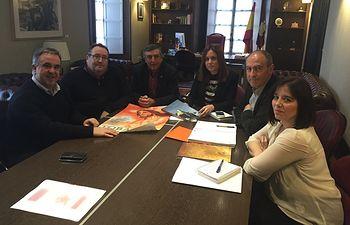 Fotografía de la reunión entre la Federación de Cofradías de la Semana Santa de Tobarra y los representantes de la Consejería de Economía, Empleo y Empresa.
