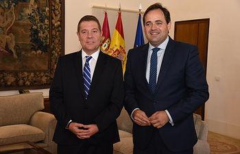 El presidente del Gobierno regional, Emiliano García-Page, se reúne, en el Palacio de Fuensalida, con el presidente del Partido Popular de Castilla-La Mancha, Francisco Núñez. (Fotos: José Ramón Márquez // JCCM).