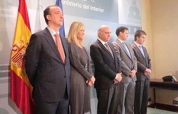 El ministro del Interior, Jorge Fernández Díaz, ha condecorado al oficial de Policía que salvó la vida a una mujer que cayó a las vías del Metro de Madrid. Foto: Ministerio del Interior