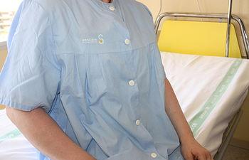 La Gerencia del Área Integrada de Cuenca renueva la lencería del Hospital con nuevos camisones con botones por delante
