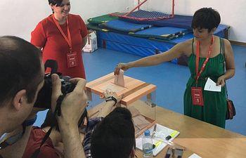 Isabel Rodríguez ejerciendo su derecho al voto.