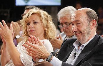 Alfredo Pérez Rubalcaba junto a Elena Valenciano durante el encuentro