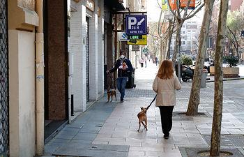 Coronavirus- Una mujer pasea con su perro por la calle. Foto: Europa Press 2020