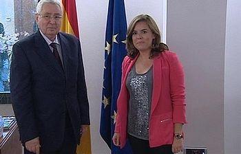 Soraya Sáenz de Santamaría y Abdelkader Bensalah (Foto: Pool Moncloa)