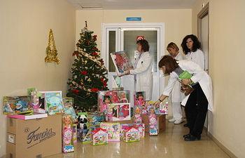 El Hospital Virgen de la Luz recibe los juguetes donados por la empresa Famosa para los niños ingresados