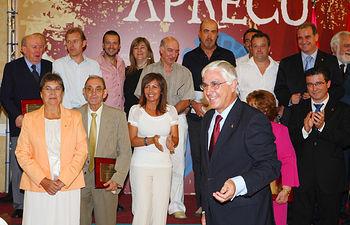 El presidente de Castilla-La Mancha, José María Barreda, junto a los galardonados en el acto de entrega de premios del 30 concurso regional de la cuchillería organizado por APRECU.