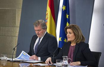 El ministro de Educación, Cultura y Deporte y portavoz del Gobierno, Íñigo Méndez de Vigo, y la ministra de Empleo y Seguridad Social, Fátima Báñez, durante la rueda de prensa posterior al Consejo de Ministros.