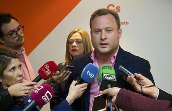 Vicente Casañ, candidato a la alcaldía de Albacete por Ciudadanos, durante la pegada de carteles de las Elecciones 26M