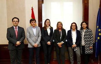 Susana Camarena con algunos de los asistentes al acto (Foto: Ministerio de Sanidad, Servicios Sociales e Igualdad)