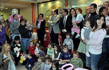 La alcaldesa con los participantes del concurso