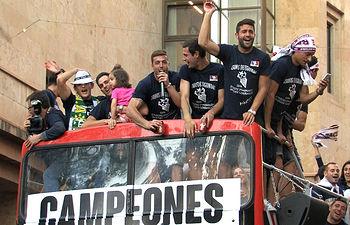 Jugadores y miembros del equipo del Albacete Balompié festejan con la afición el ascenso a Segunda División.