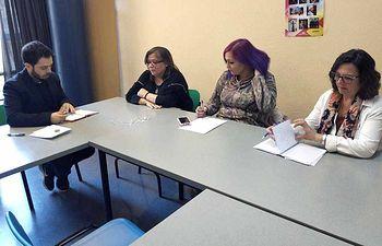 Un momento de la reunión los portavoces de IDental en El Ensanche