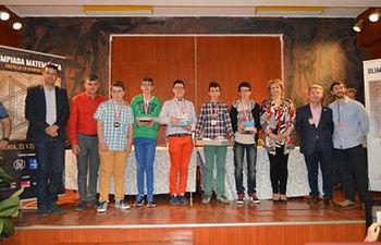 Los ganadores de la Olimpiada junto a autoridades académicas y políticas.