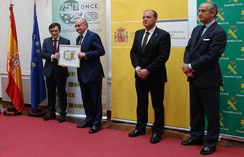 El ministro del Interior y el vicepresidente ejecutivo de la Fundación ONCE presentan en Badajoz el cupón conmemorativo de la Virgen del Pilar, Patrona de la Guardia Civil. Foto: Ministerio del Interior