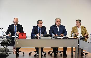 Ruiz Molina informa a los sindicatos del recurso contra la jornada laboral. (Fotos: José Ramón Márquez//JCCM)