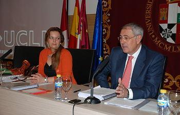 El rector y la secretaria general durante el Consejo de Gobierno.