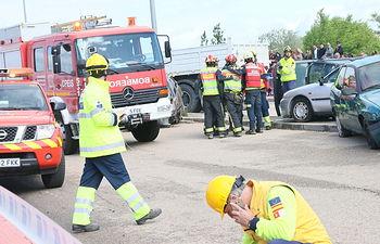 Juan Alfonso Ruiz Molina asiste al simulacro de un accidente de tráfico. Foto: JCCM.