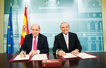 """El ministro del Interior, Jorge Fernández Díaz, y el presidente de la Fundación Bancaria """"la Caixa"""", Isidro Fainé, en la renovación del convenio Reincorpora."""