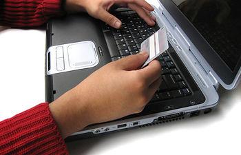 Un usuario realizando una compra online. Foto de Archivo.