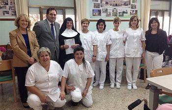 Francisco Núñez y Maribel Serrano visitan a las alumnas del Programa de Empleo Femenino que realizan las prácticas sanitarias en Almansa