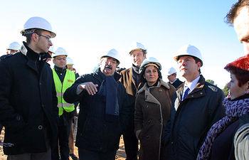 La portavoz del Gobierno regional, Isabel Rodríguez, visitó hoy las obras del Centro Joven de Toledo junto al alcalde de la capital, Emiliano García-Page y los arquitectos de la obra, Antonio Molina y Vicente Felipe.