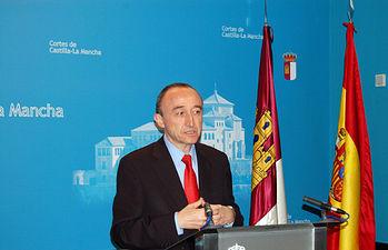 El consejero de Salud y Bienestar Social, Fernando Lamata durante sus declaraciones ante los medios de comunicación antes del inicio de la Comisión de Presupuestos donde ha expuesto el montante económico de su departamento para 2011.