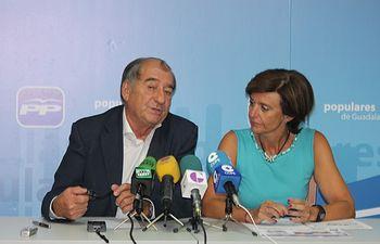 Los senadores Porfirio Herrero y Ana González en rueda de  prensa.
