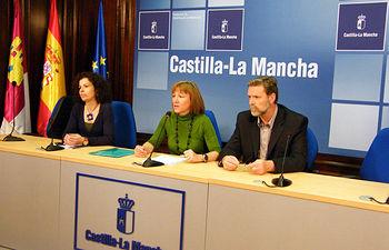 La consejera de Educación y Ciencia, María Ángeles García, informó hoy sobre el nuevo convenio que se firmará con el Ministerio de Ciencia e Innovación en rueda de prensa en Guadalajara, acompañada por el viceconsejero de Ciencia y Tecnología, Enrique Díez, y la delegada provincial de Educación y Ciencia, Reyes Estévez.
