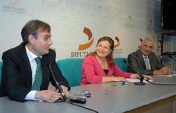La presidenta flanqueada por el concejal de Madrid Enrique Núñez (d) y el presidente de la Casa de Guadalajara, Pérez Acevedo