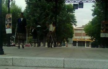Imagen integrantes el grupo de baile limpiando. Foto: PSOE Malagón.